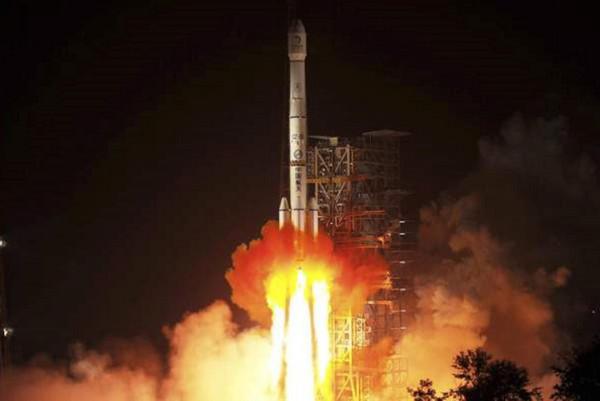 Tên lửa Long March-3B mang theo Chang'e-3 phóng từTrung tâm phóng vệ tinh Tây Xương ở tỉnh Tứ Xuyên ngày 2/12/2013