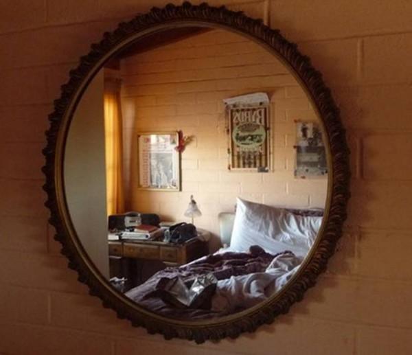 Gương không được treo ở lối cửa ra vào nhà