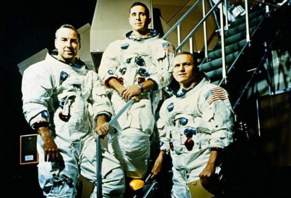 William Bill Anders (giữa) vàFrank Borman (trái) và Jim Lovell trên tàu Apollo 8