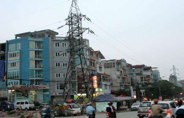 Không mua nhà ở gần đường cao tốc, tháp điện cao thế